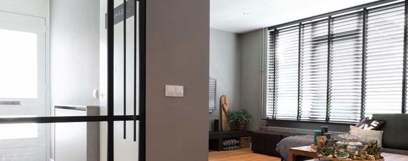 Witte tapis en zwarte blinds
