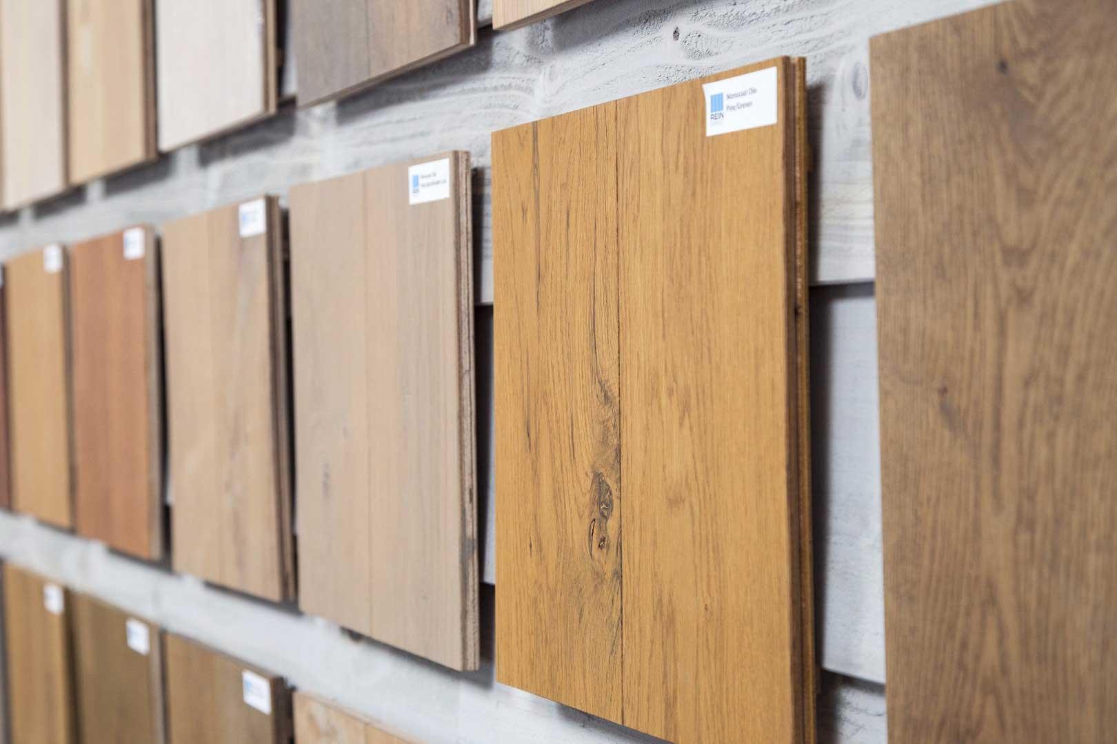 Kan een donkere houten vloer lichter gemaakt worden?
